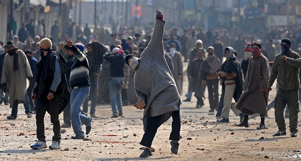 Clashes in Kashmir, Protestors waived Pakistan and ISIS flags