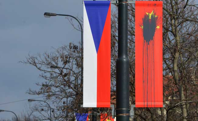 Xi visit: Prague deface Chinese flags