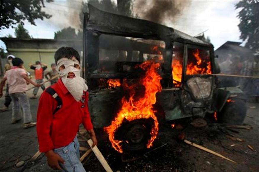 Kashmir Violence: Protesters snatch 70 police guns